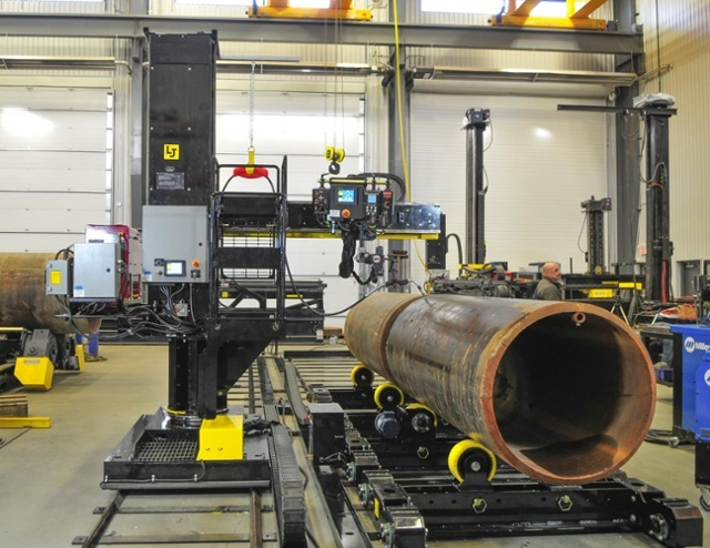 Automated MIG column and boom welding manipulator with vessel rotators