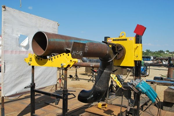 pipe welding positioners outside on pipe stand using elbow jig